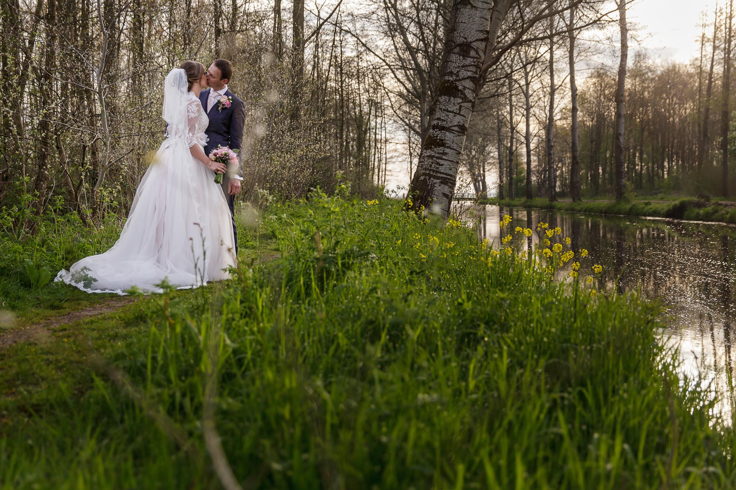2016 – Cees en Helena – Bruiloft – staande, sloot (ouderboekje foto) – 3
