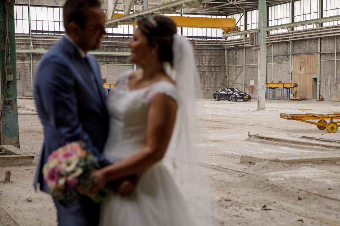 Industriële fotolocatie met bruidspaar